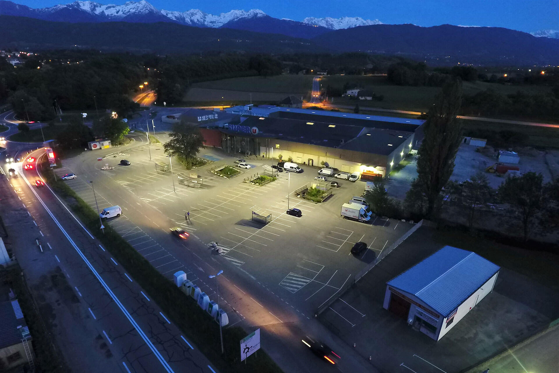 Schréder LED luminaires generate energy savings of 57% for Super U in Montmelian, heping the store achieve sustainability goals